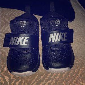 Nike Team Hustle sneakers in Black
